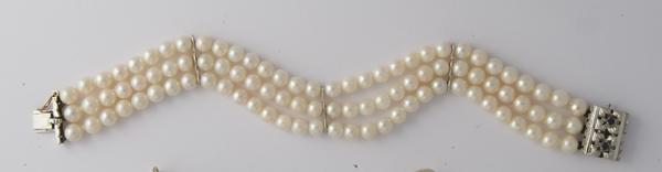Bracciale realizato con tre fili di perle