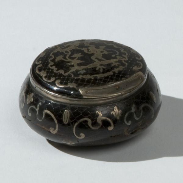 Scatolina circolare in tartaruga con decorazione piquet in argento (difetti e mancanze); e Piattino in tartaruga, bordato in argento, a forma di cuore (difetti)