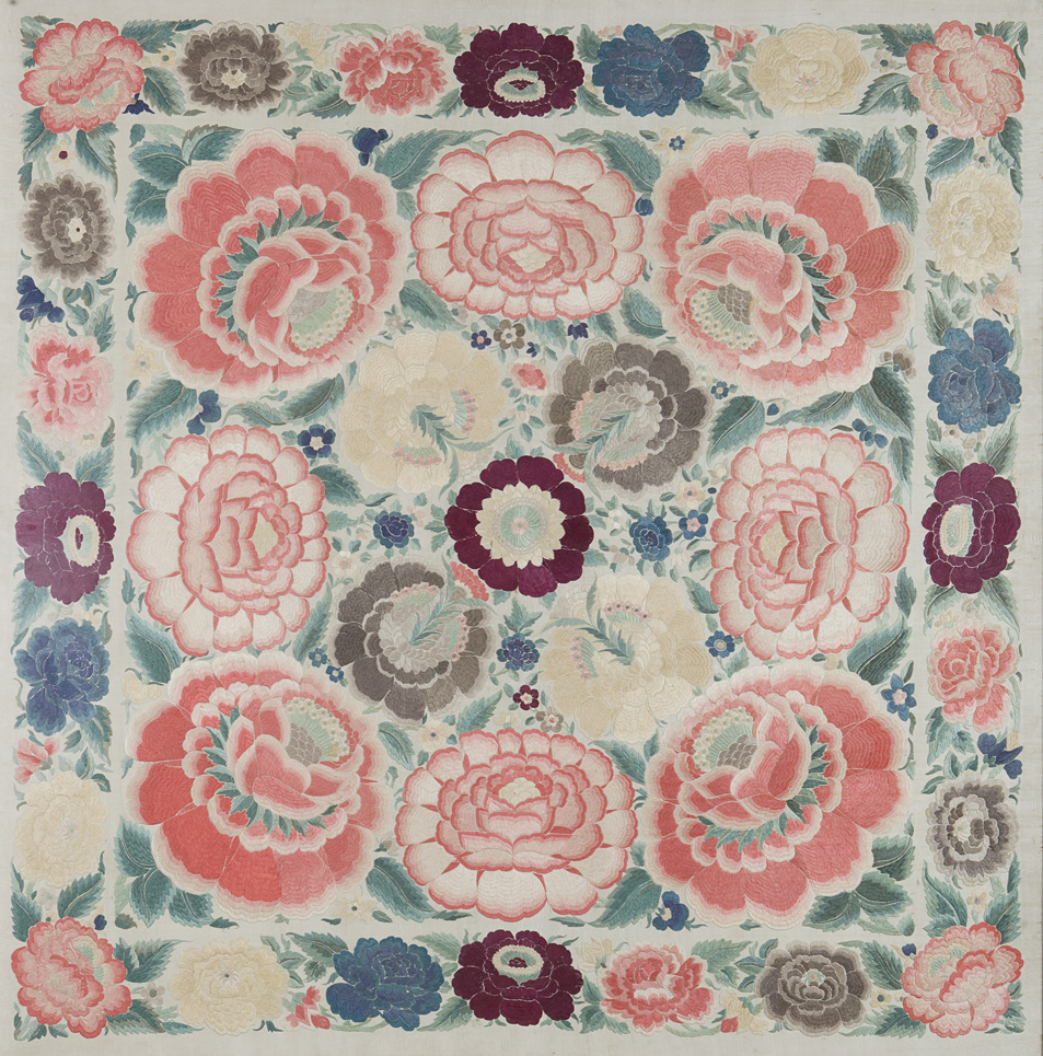 Pannello in seta ricamato a motivi floreali