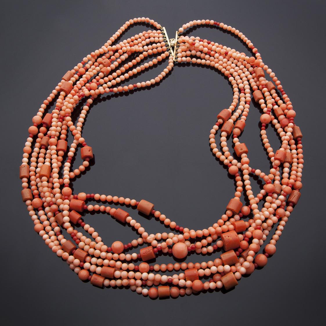 Collana composta da otto fili di boules di corallo rosa