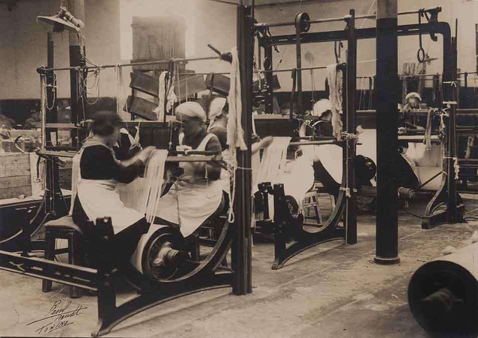 Donne ai telai in una fabbrica di tessuti, ca. 1920