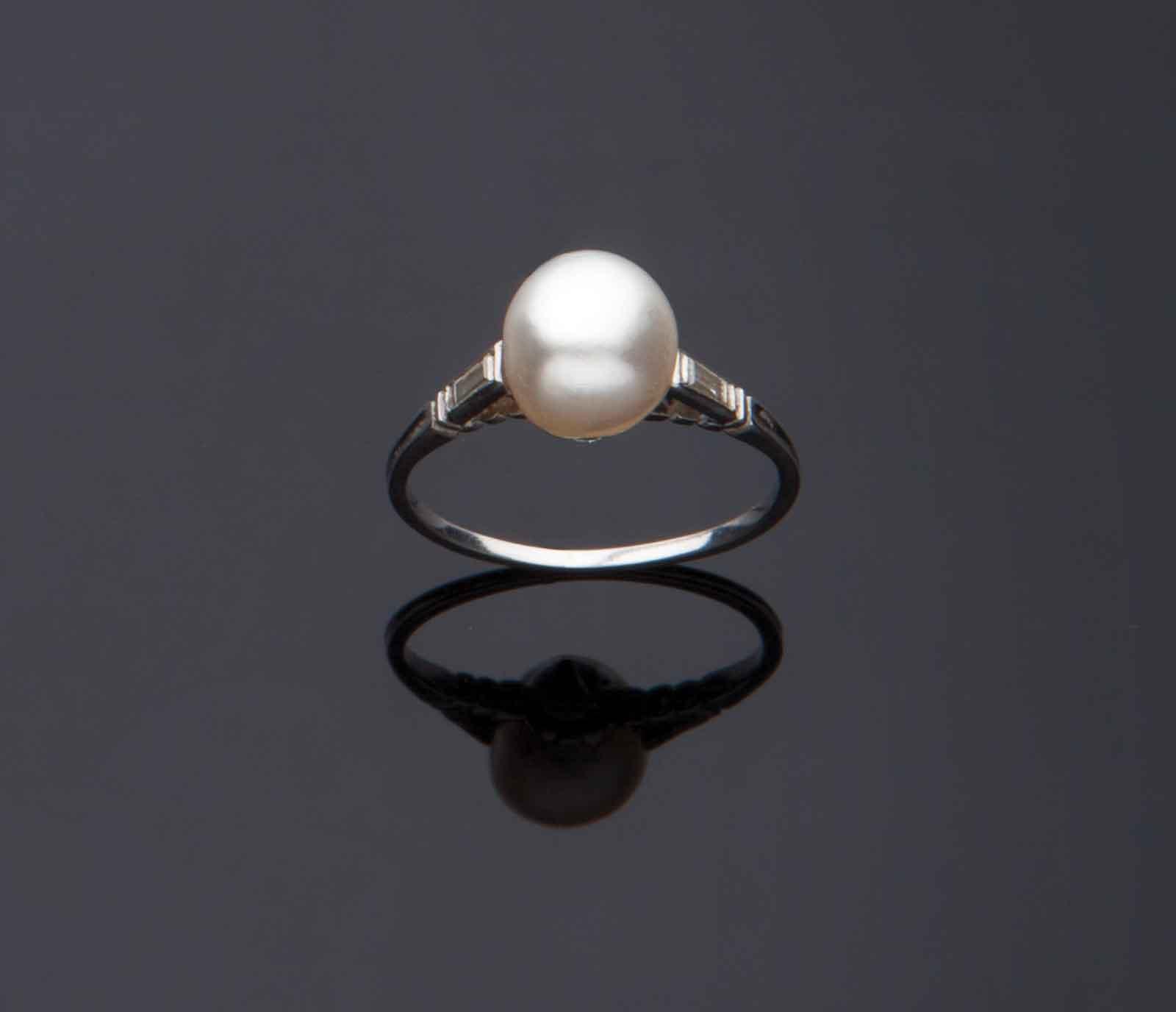 Anello in oro bianco con perla naturale d'acqua salata