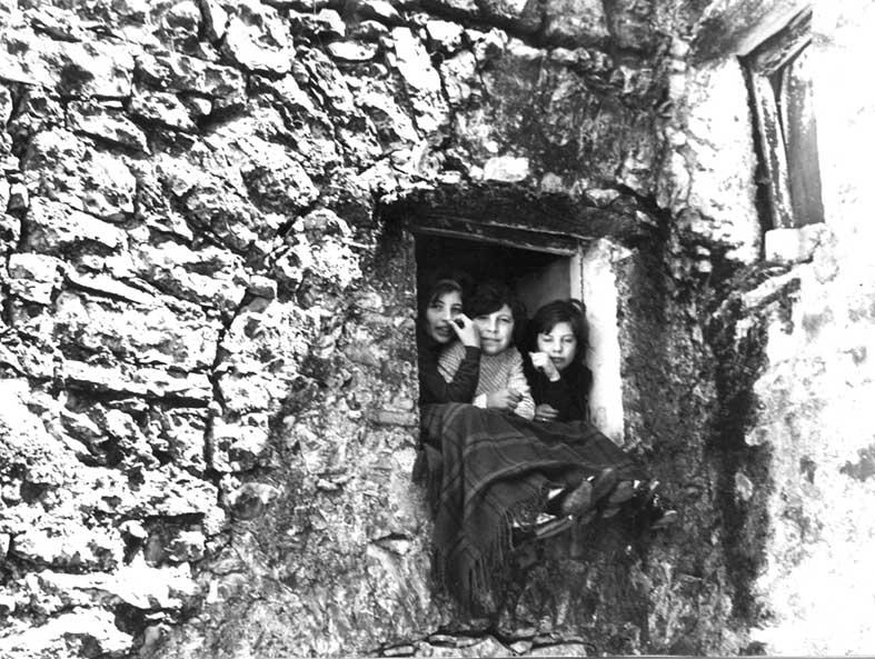 Tre bambine alla finestra, ca. 1970