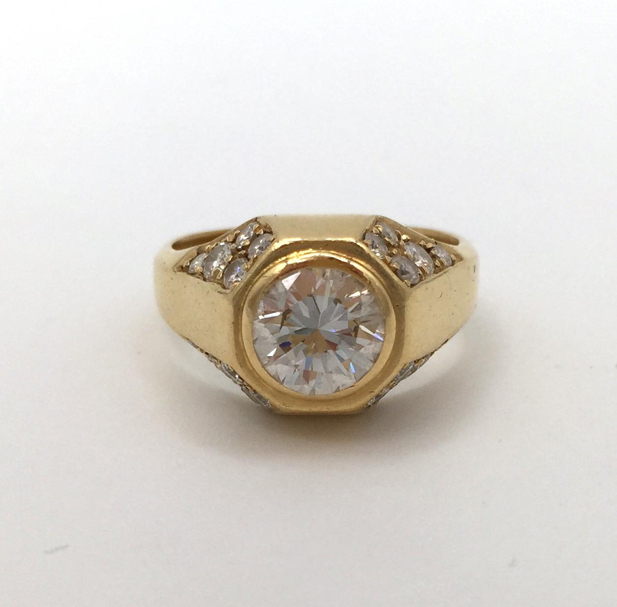 Anello in oro giallo 18 ct con diamante centrale taglio brillante
