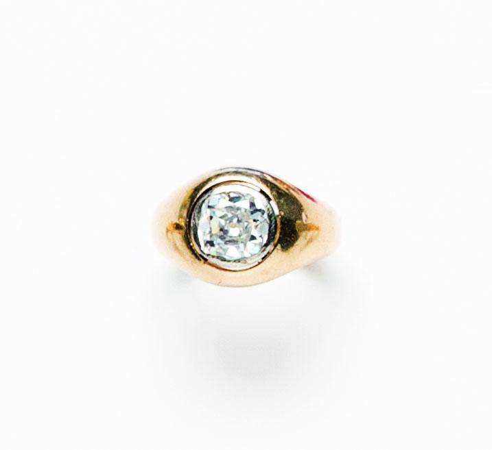 Anello in oro giallo 18 ct con diamante centrale taglio a cuscino montato a solitario
