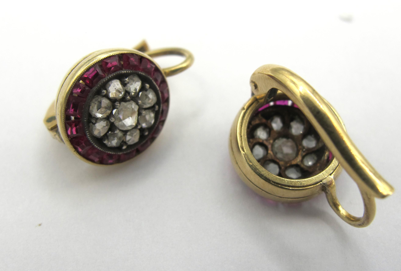 Orecchini in oro giallo 18 ct con rubini taglio carrè e diamanti