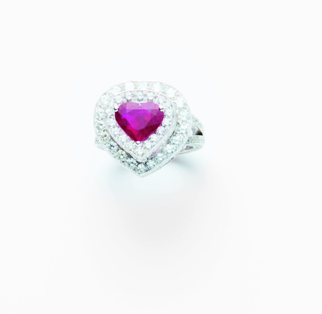 Anello in oro bianco 18 ct con rubino taglio cuore