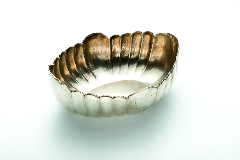 Dalla collezione Rita Levi Montalcini – Centro in argento polilobato