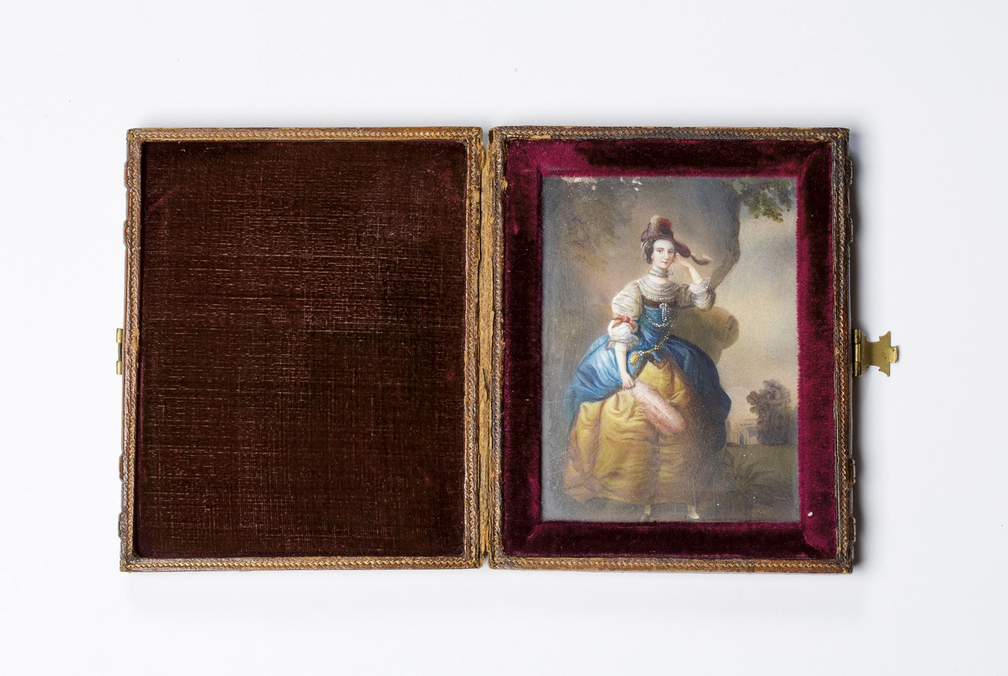 Due miniature su avorio raffiguranti ritratto di dama a figura intera, entro astuccio originale; e ritratto di gentiluomo a mezzo busto, in marsina nera (lievi difetti)