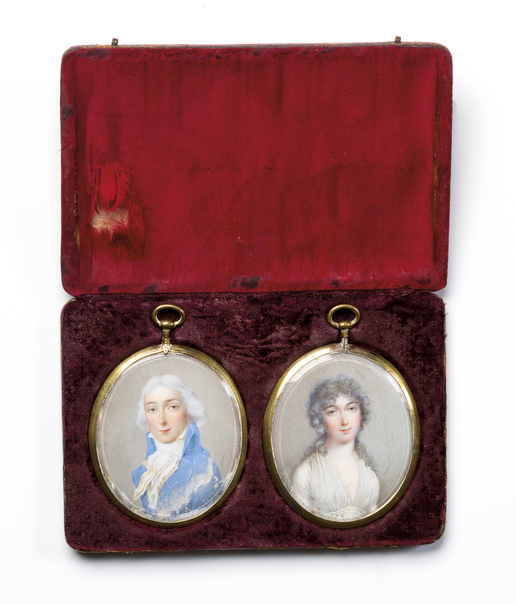 Due miniature su avorio raffiguranti ritratto di gentiluomo (con lievi difetti) e ritratto di gentildonna (entro astuccio originale)