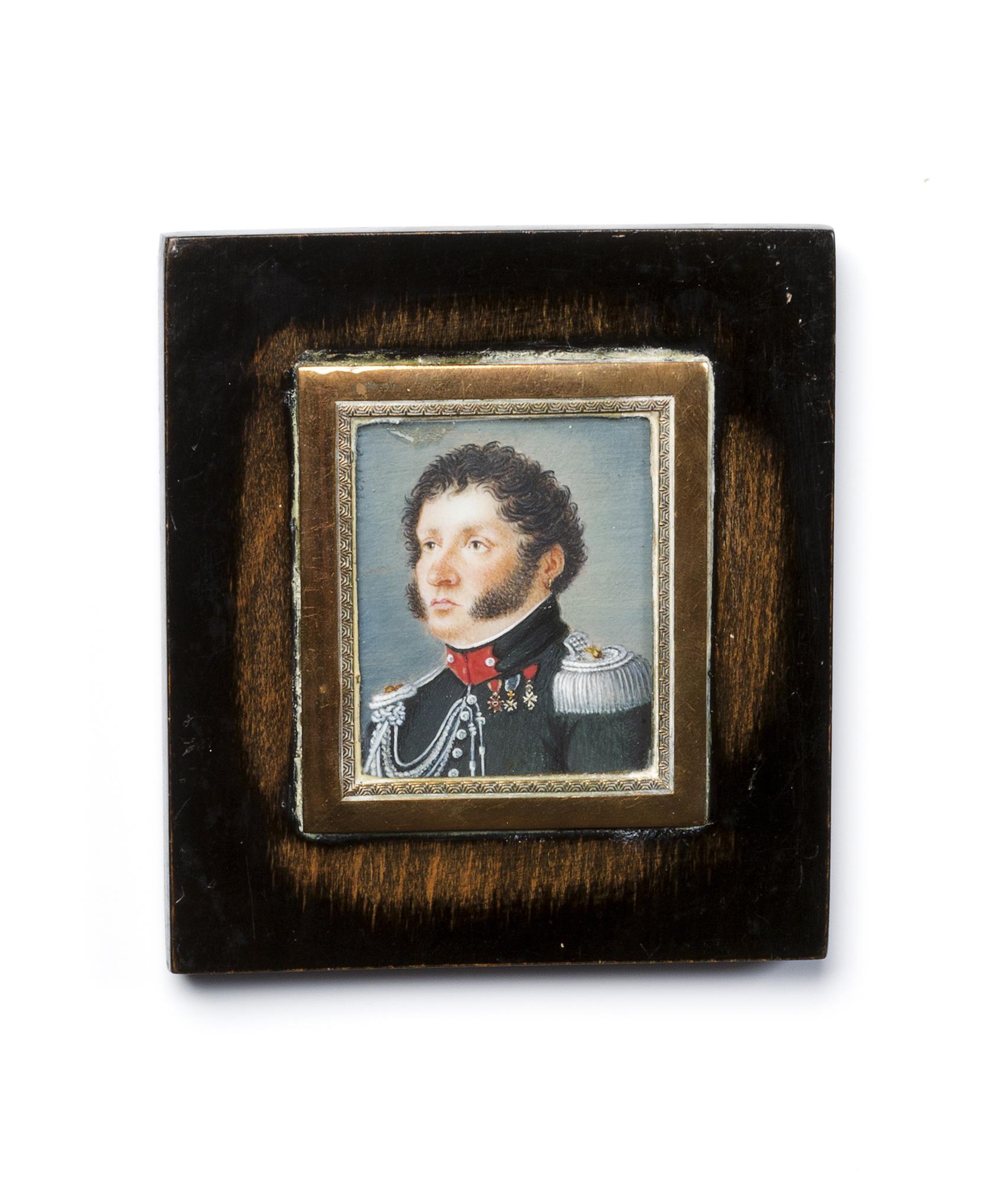 Tre miniature su avorio raffiguranti ritratto di gentiluomo in marsina nera; Ritratto di gentildonna con roselline in mano; e Ritratto di gentiluomo in uniforme da ufficiale (piccolo restauro in alto)