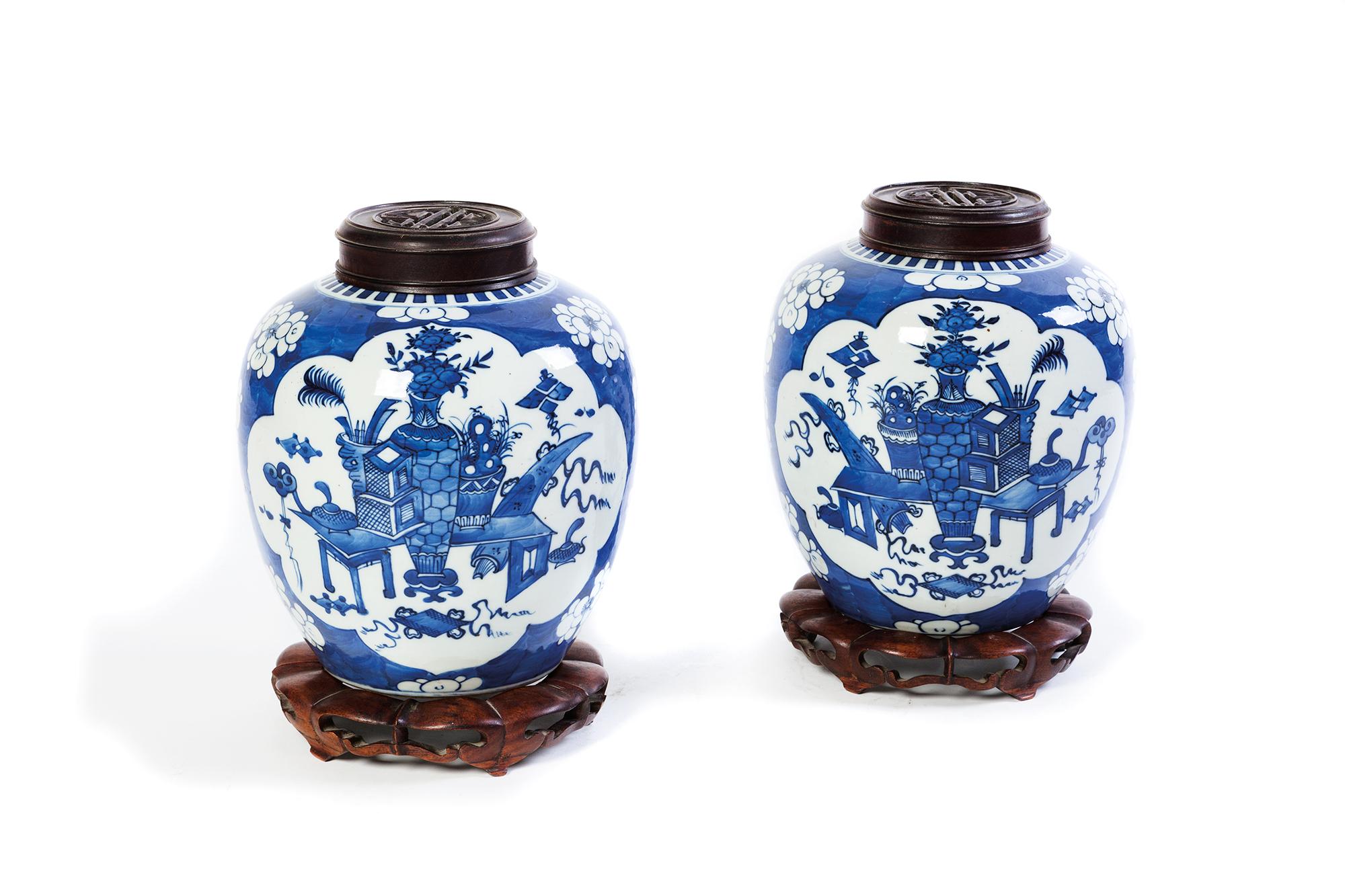 Coppia di vasi bianchi e blu, con basi e coperchi, Cina fine secolo XIX