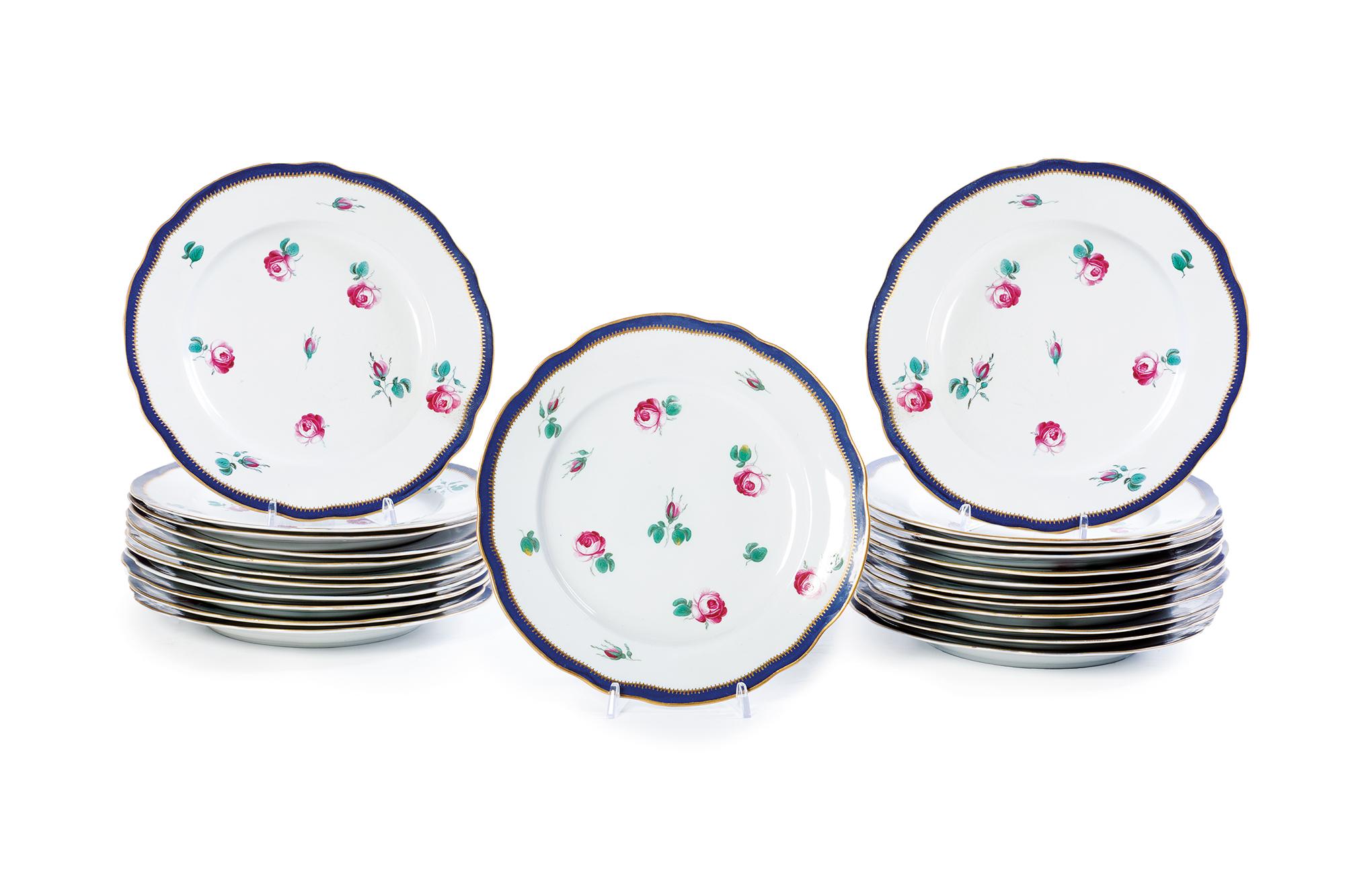 Ventiquattro piatti piani in porcellana con decoro a roselline, Ginori manifattura Doccia fine secolo XVIII