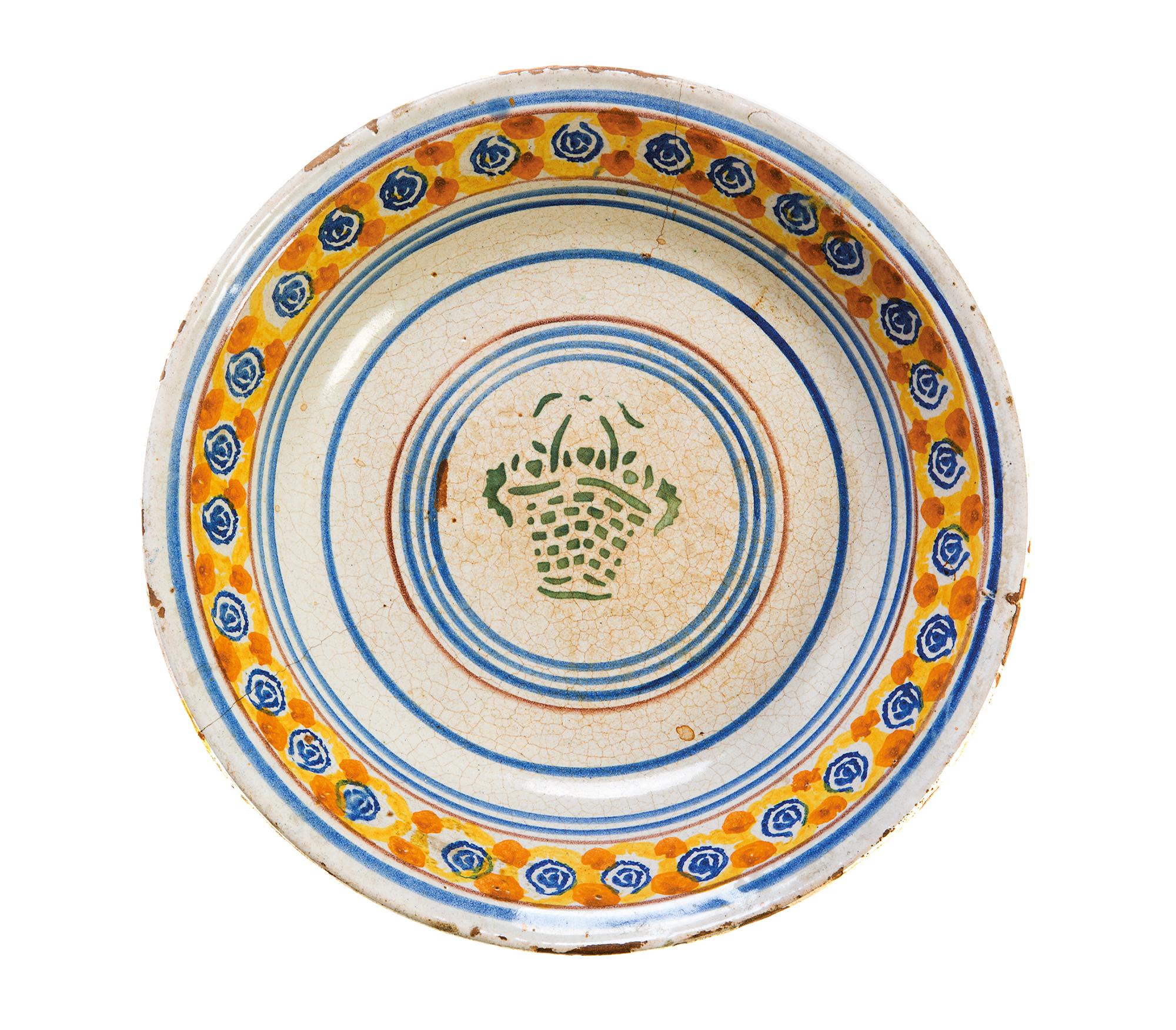 Piatto da parata in ceramica, Puglia secolo XVIII, dipinto in blu, giallo cromo e verde ramina, al centro Atteone assalito dai cani