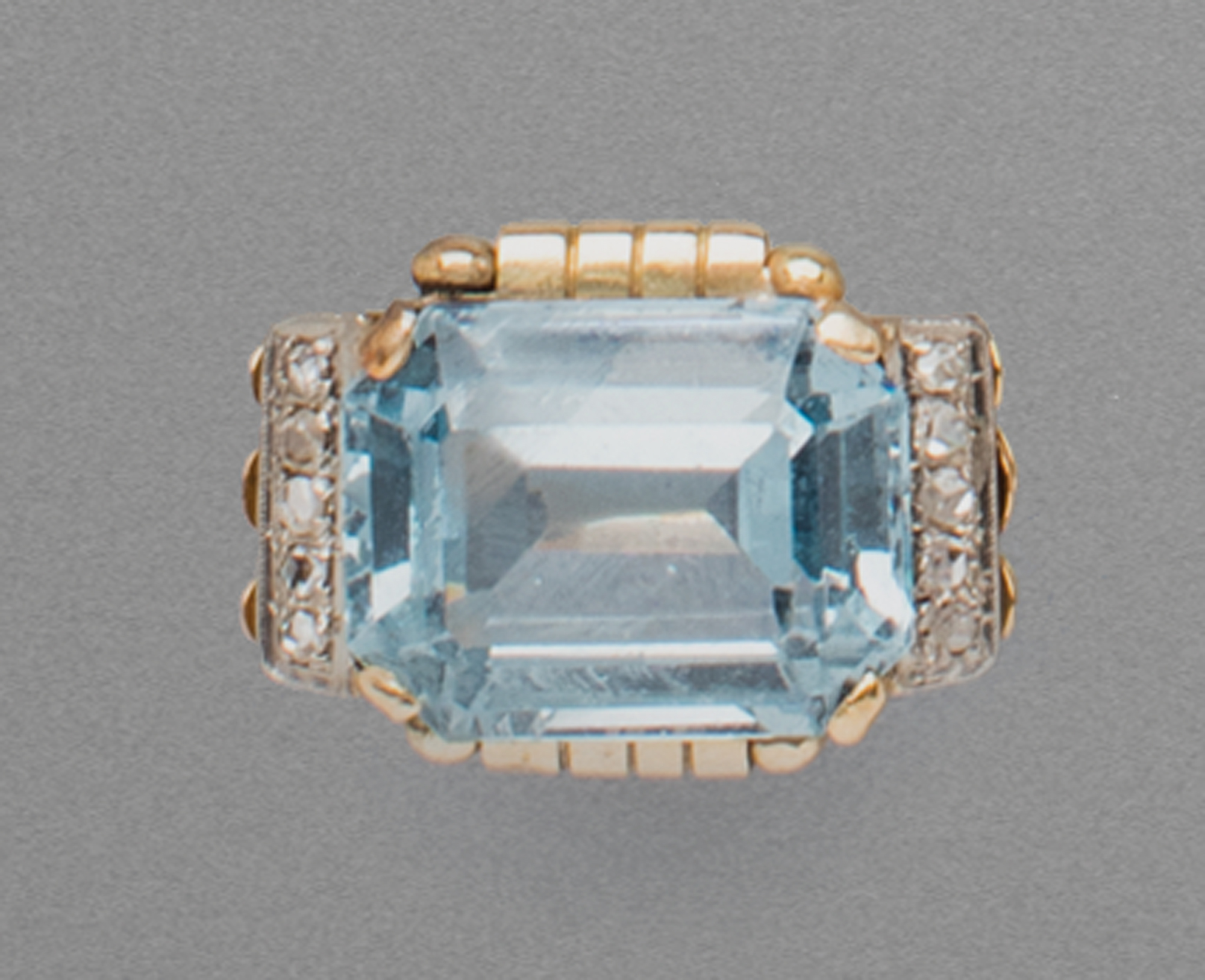 in oro bicolore, pietra azzurra e diamanti, 1950 circa