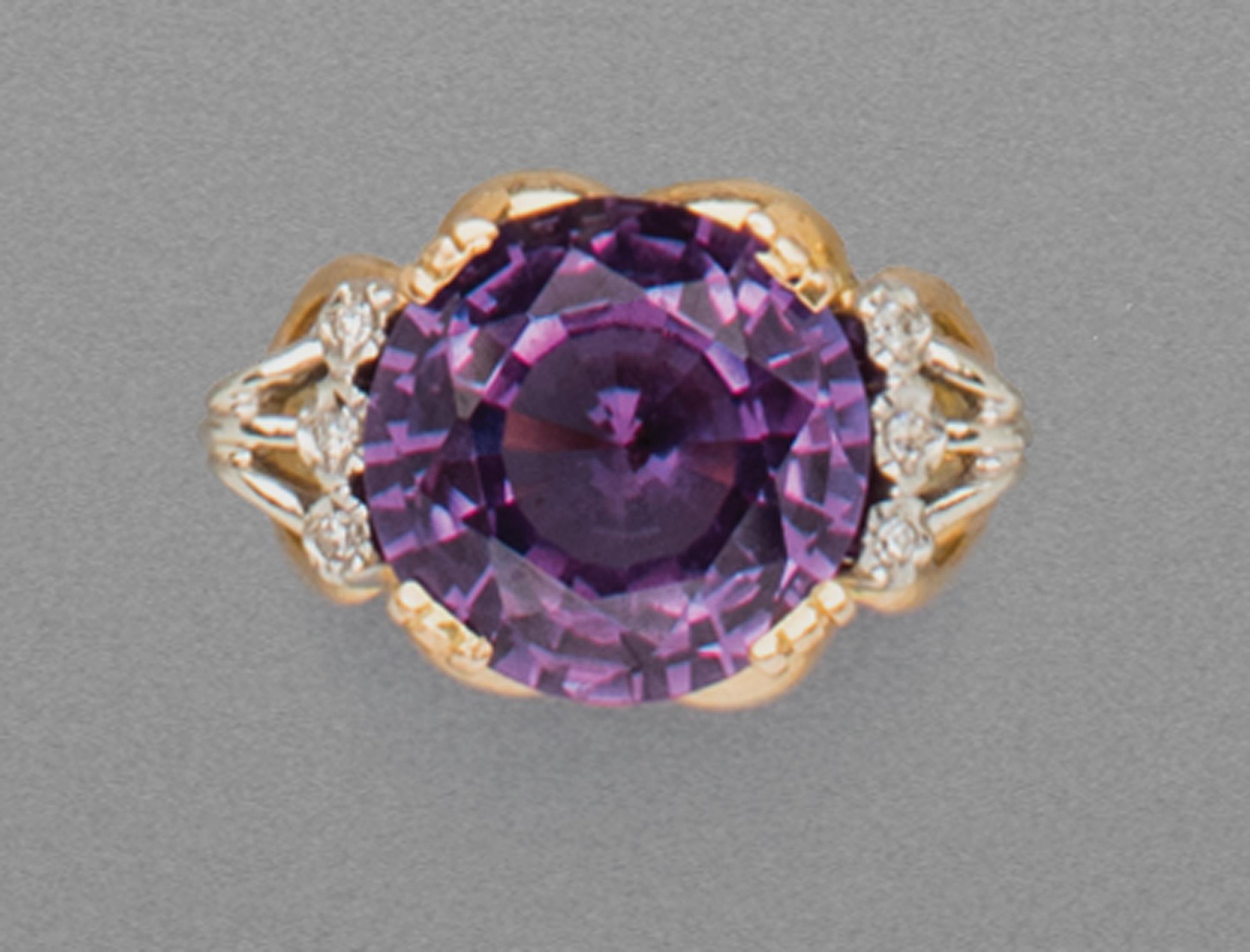 in oro bicolore, pietra viola e diamanti, 1950 circa