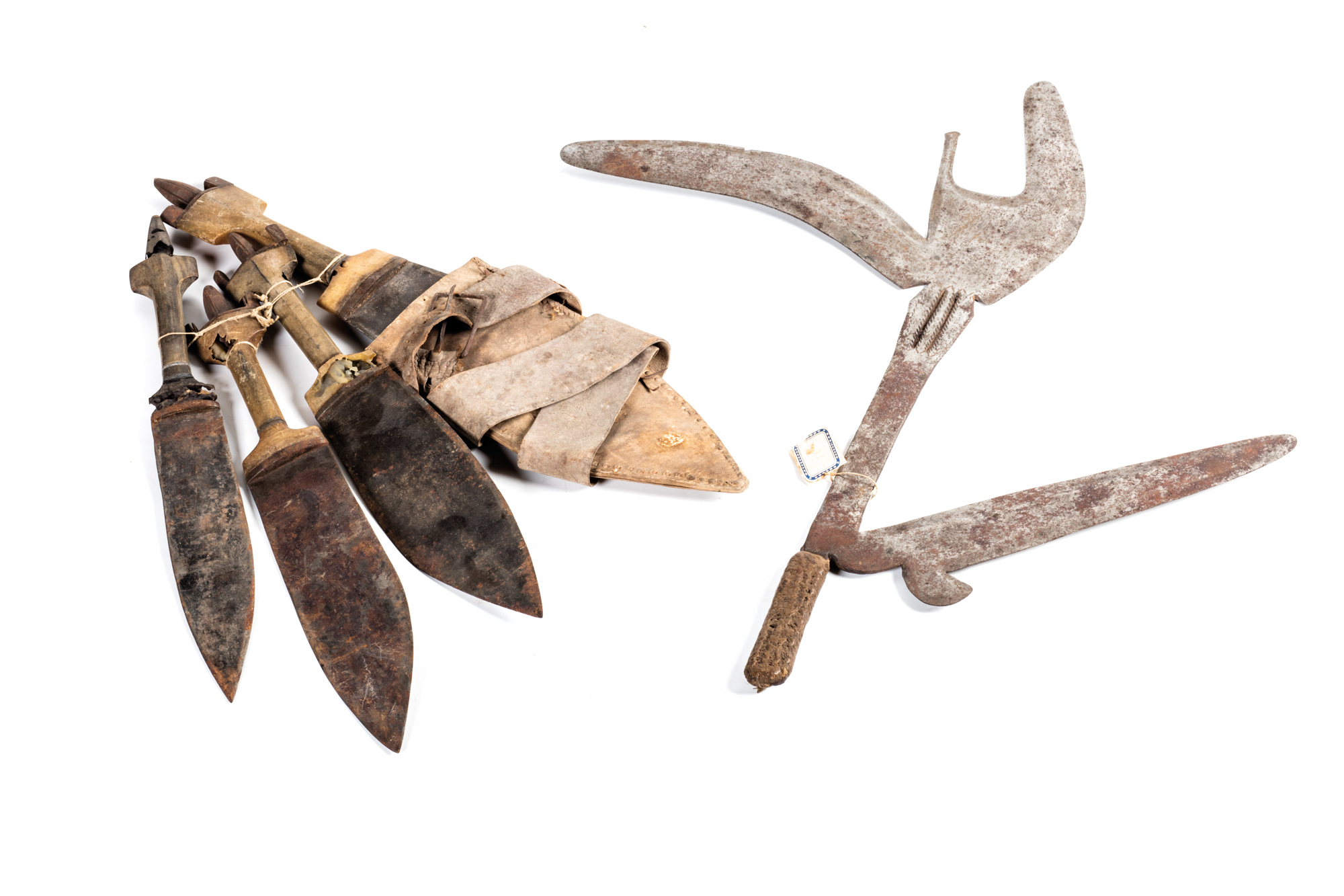 throwing knife with multiple blade, from Congo, lenght 47 cm; four dagger, one with leather scabbard, lenght from 32 to 40 cm; Asandè polychrome fiber shield, with wooden handle, 93 x 40 cm; Galla and Sidama tribes warrior hunters spears, Gomma 1938  a) 69,5 cm b) 60,5 cm c) 39 cm d) 45 cm