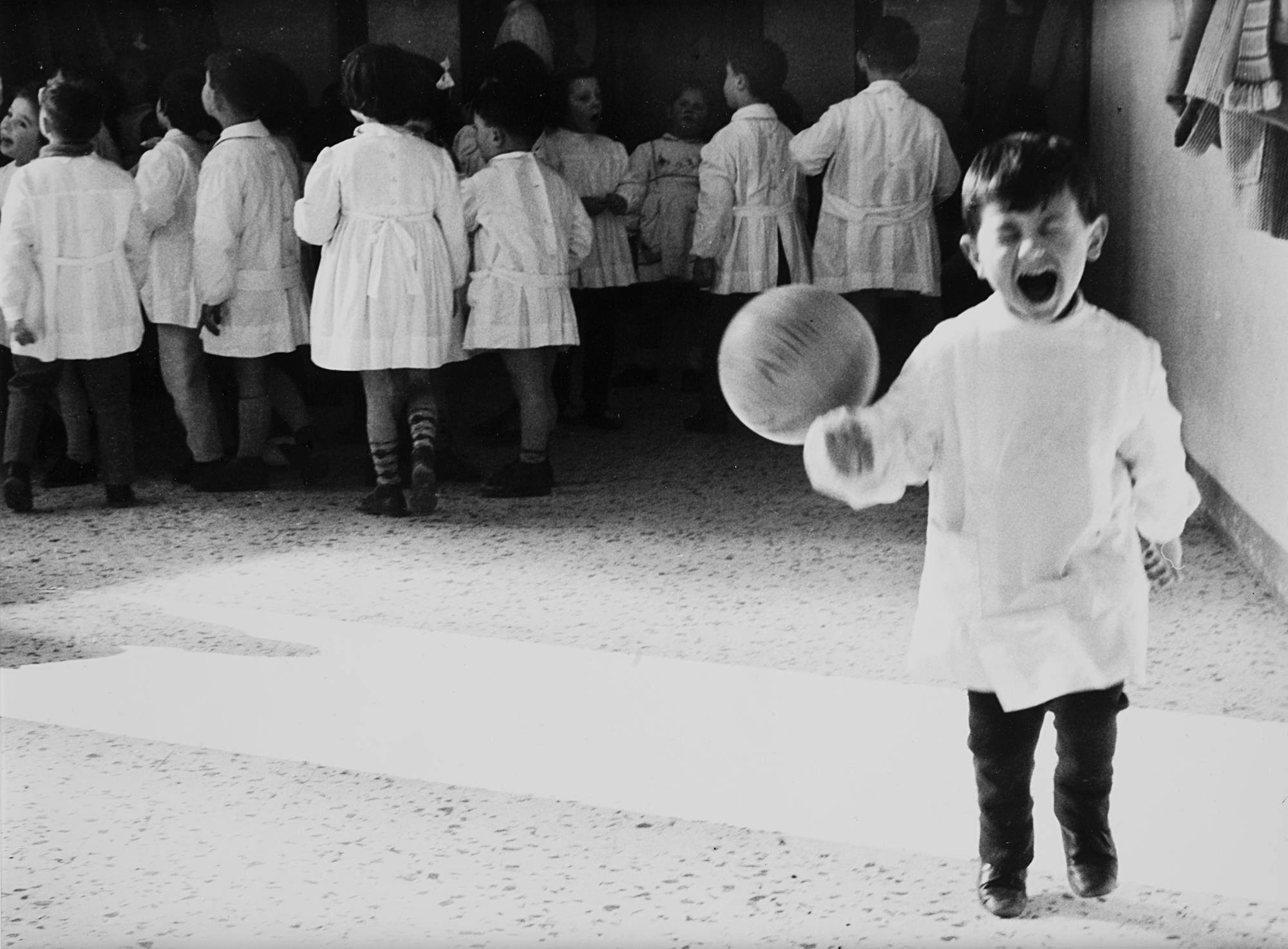 Bambino gioca a palla, dalla serie 'Piccolo Mondo', 1960