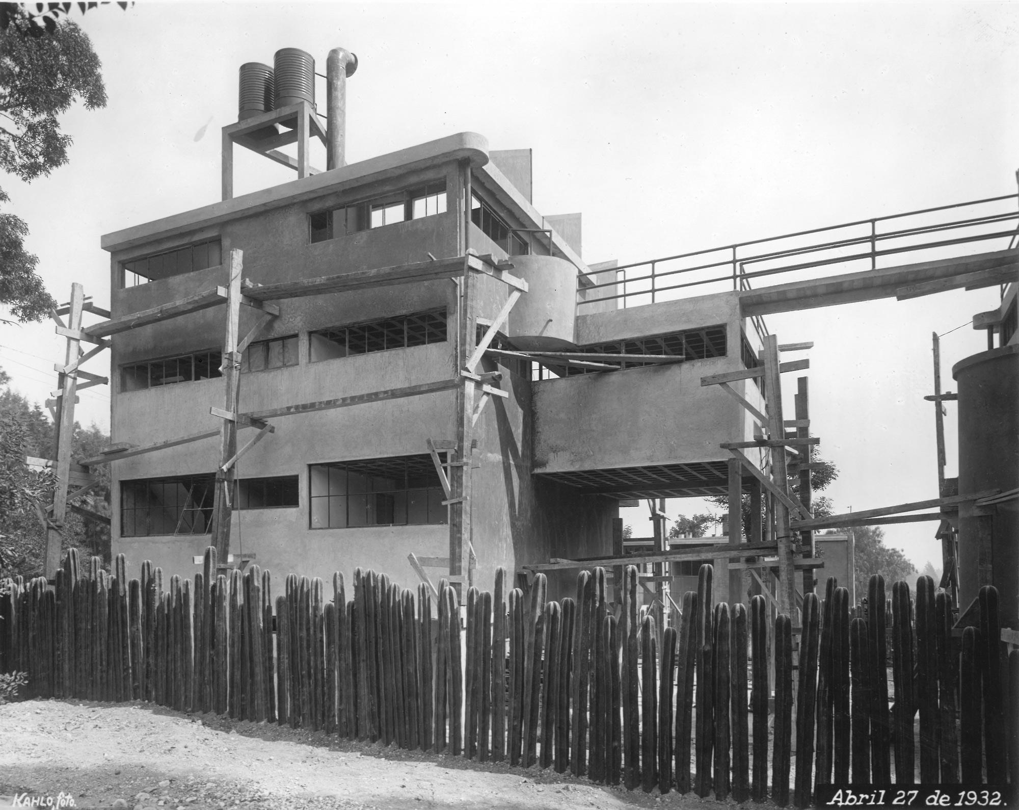 Senza titolo (Casa di Frida Kahlo e Diego Rivera in costruzione) – Pompa di benzina, 1932