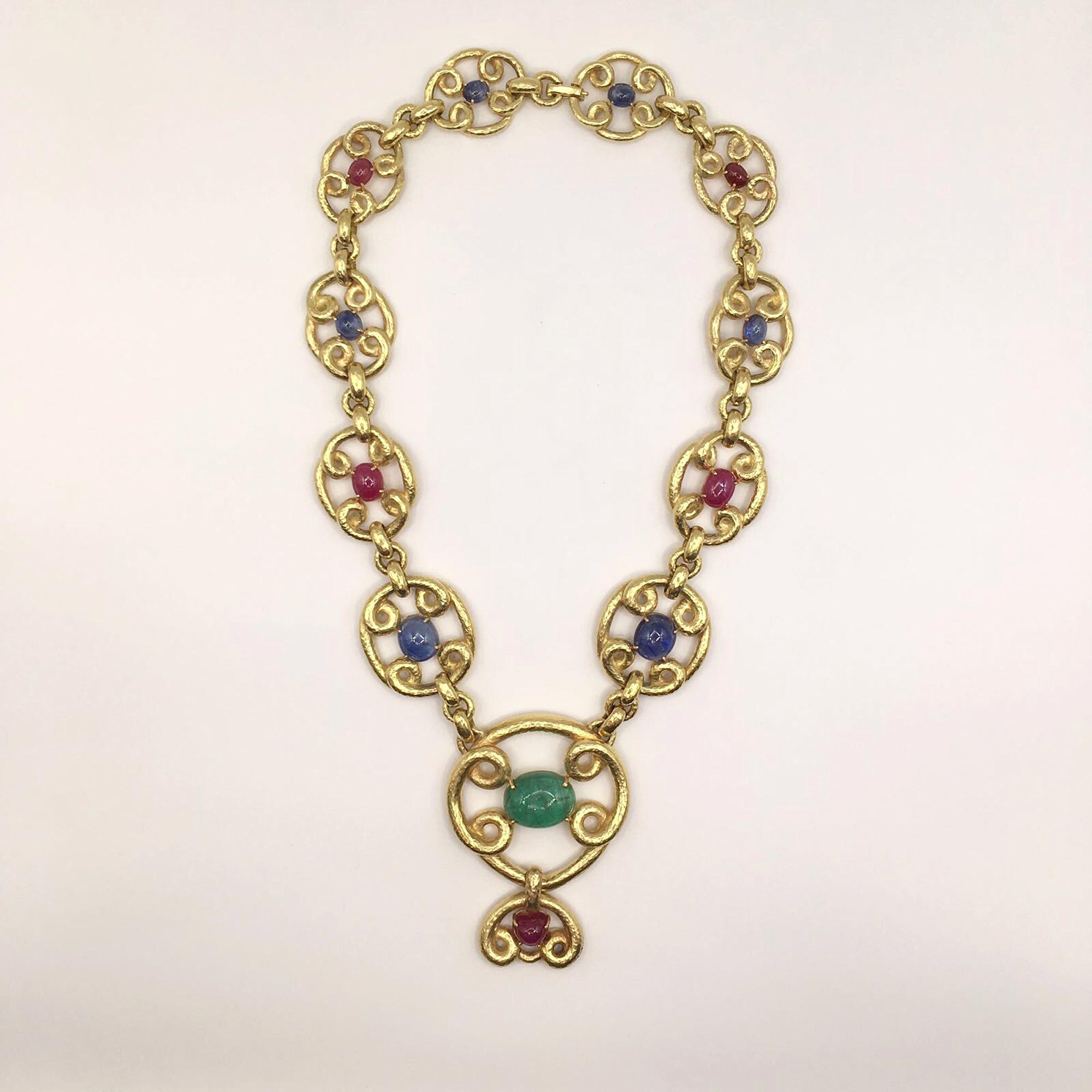 collana in oro, smeraldi, zaffiri e rubini