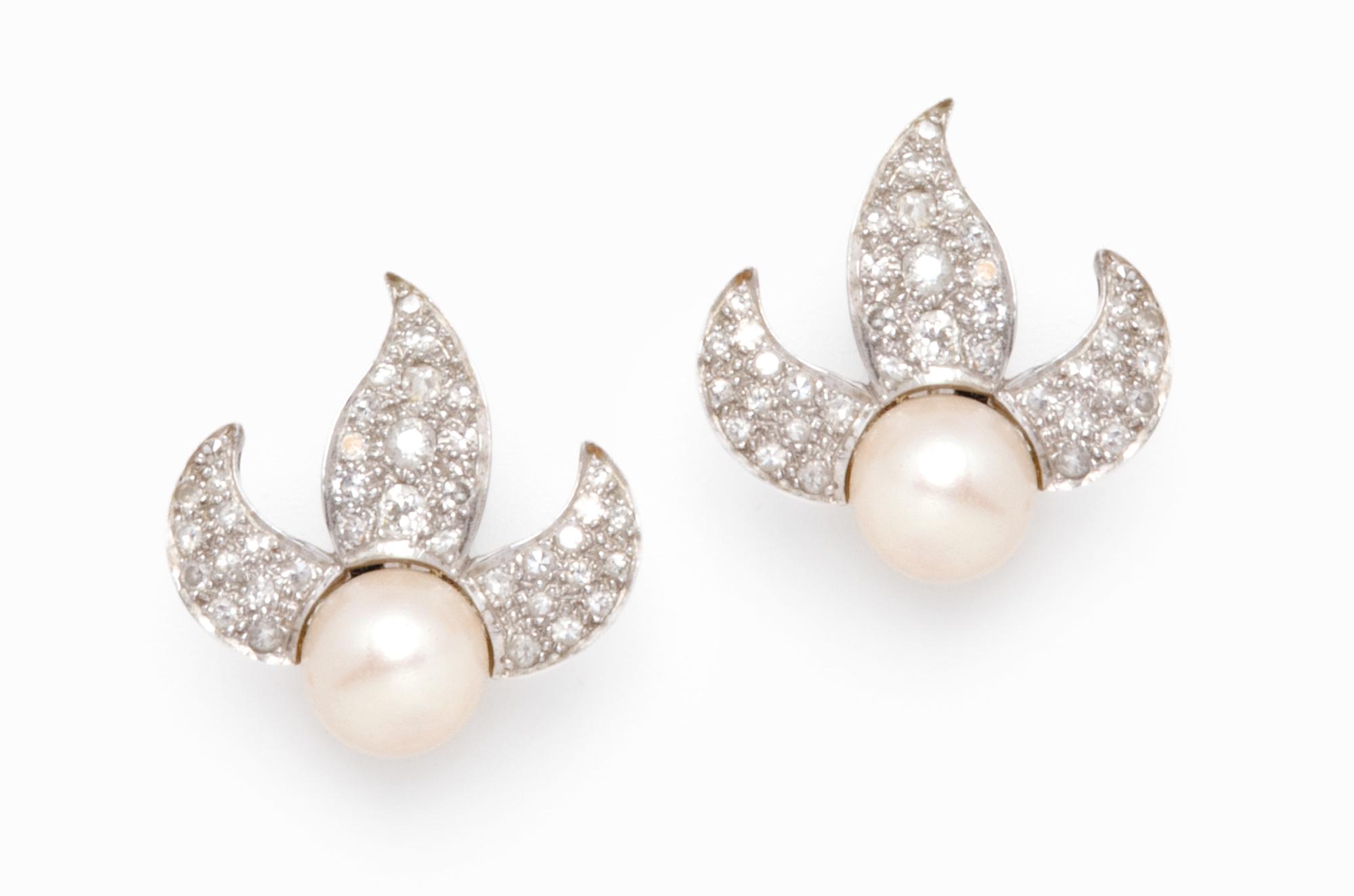 in oro bianco, perle coltivate e diamanti