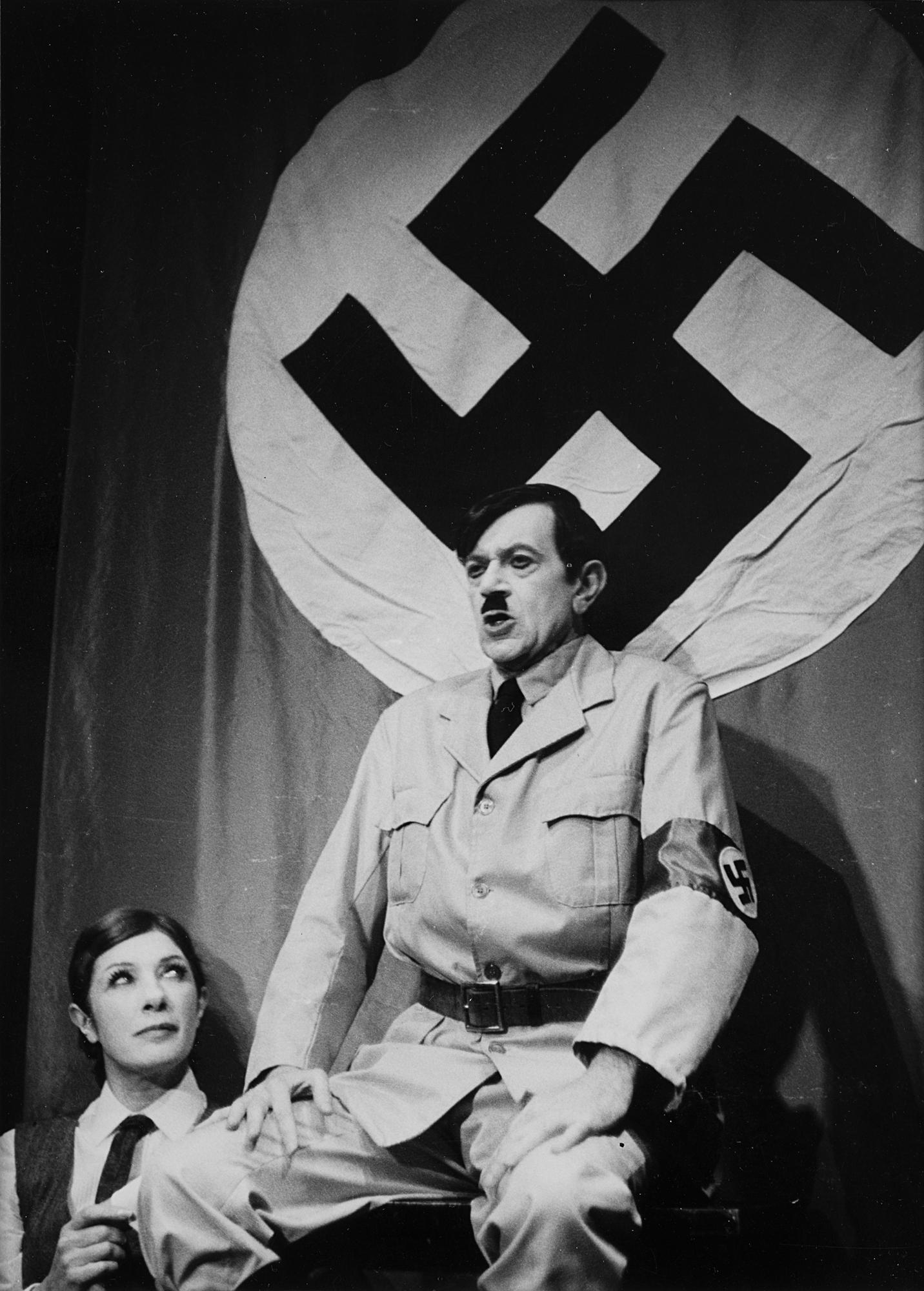 Nicolas Bataille in uno spettacolo di cabaret a Parigi, 1955