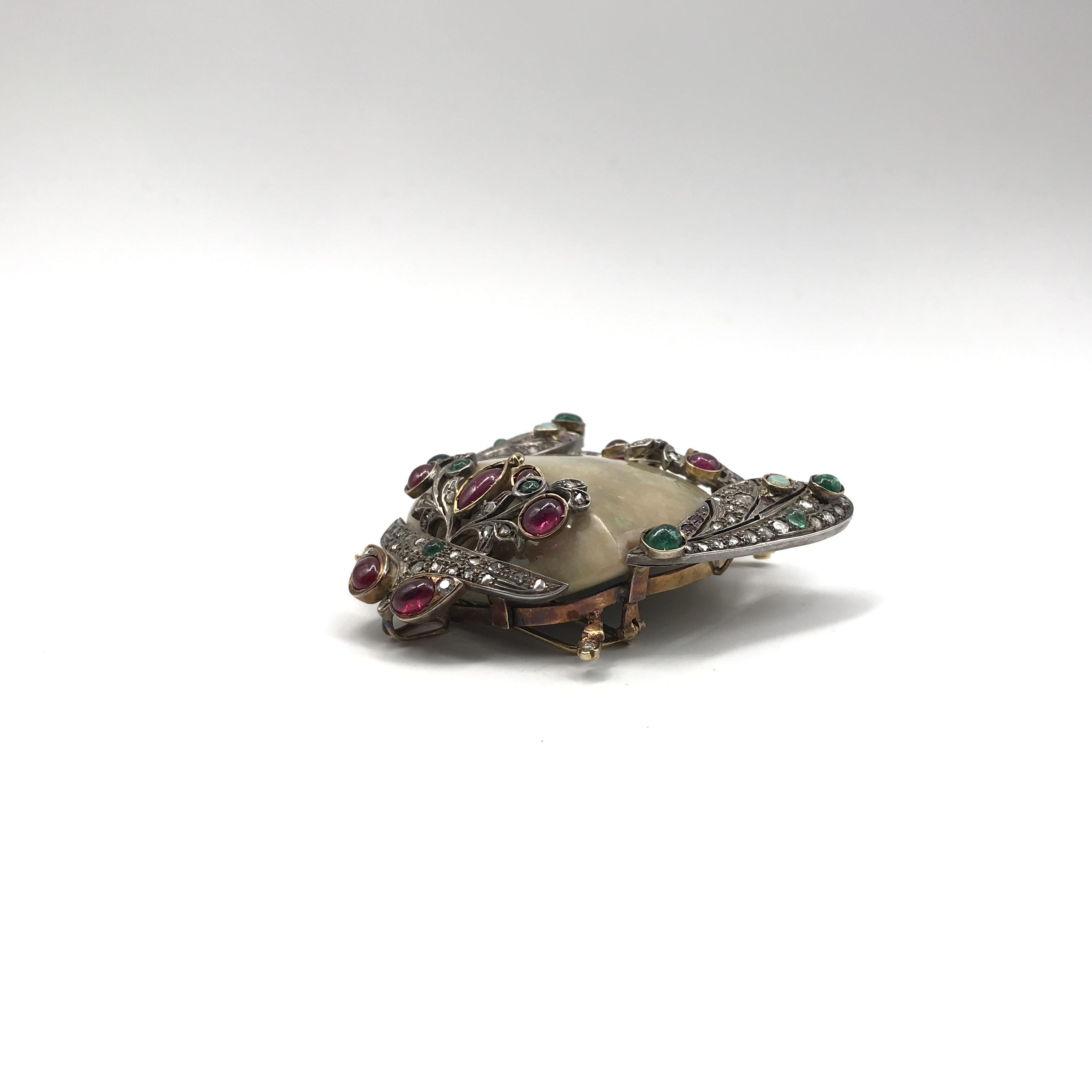 in argento, oro, smeraldi, rubini, opali e diamanti