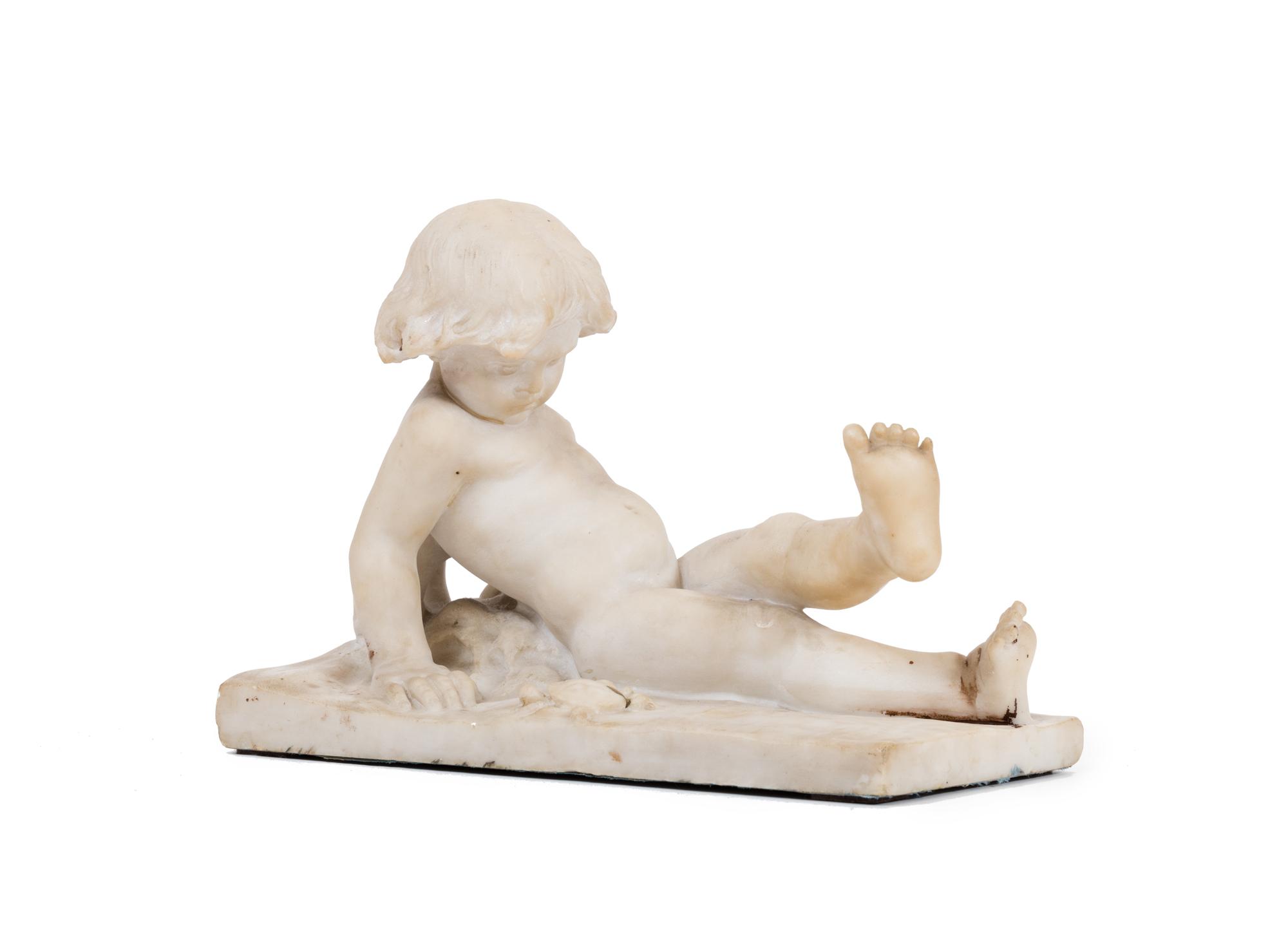Scultura in marmo raffigurante bimbo con granchio