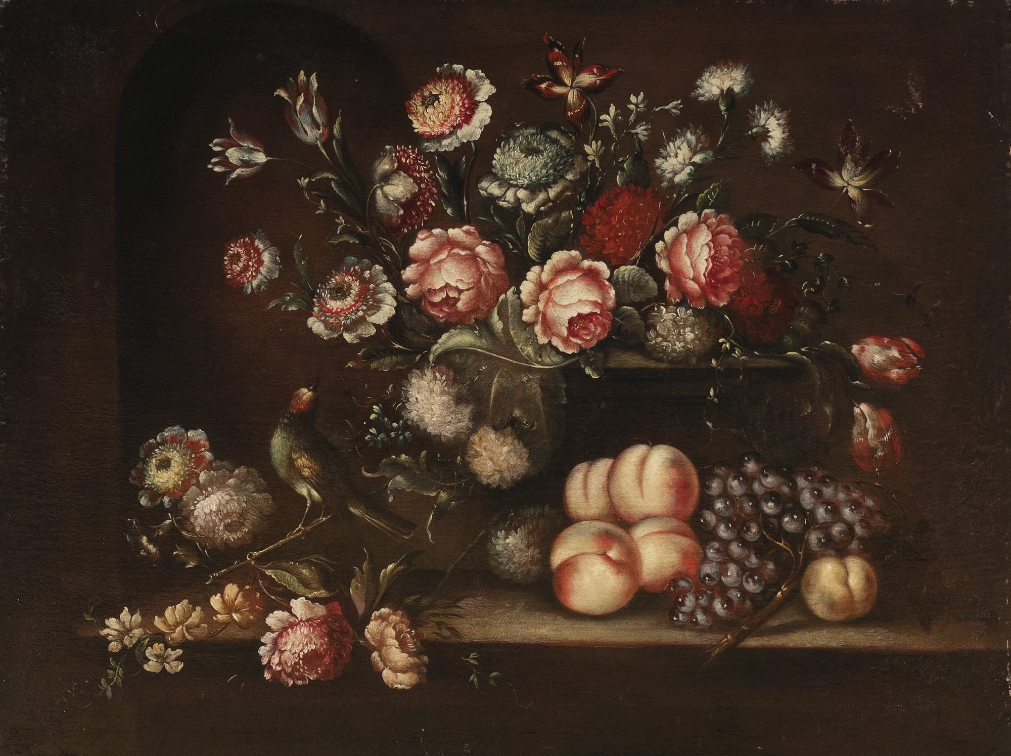 Fiori in un vaso, uva e pesche su un tavolo e un uccellino