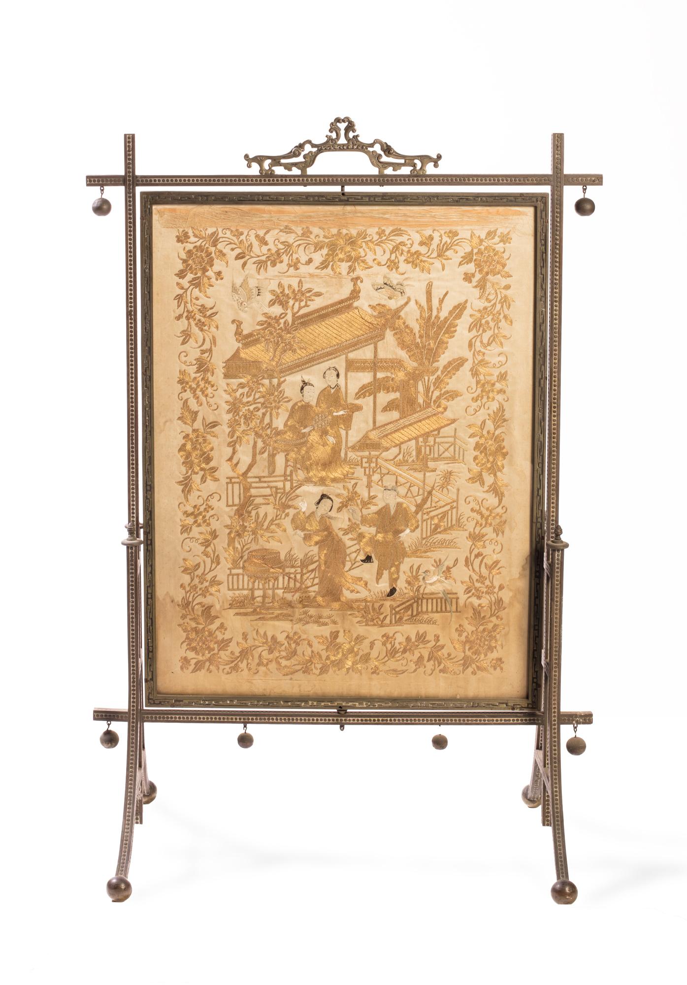 Pannello decorato a filo oro su seta raffigurante giardino con pagoda e astanti