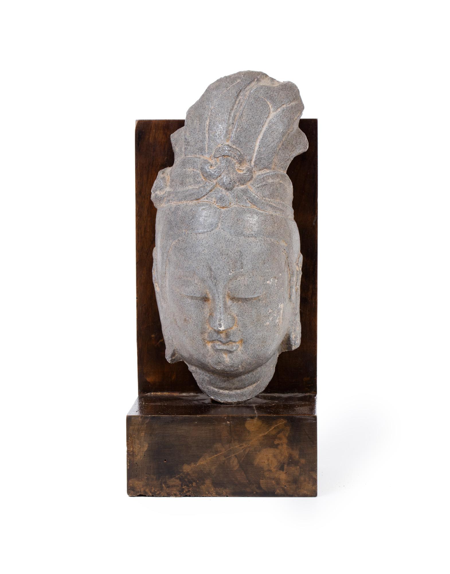 Antica testa orientale in pietra grigia