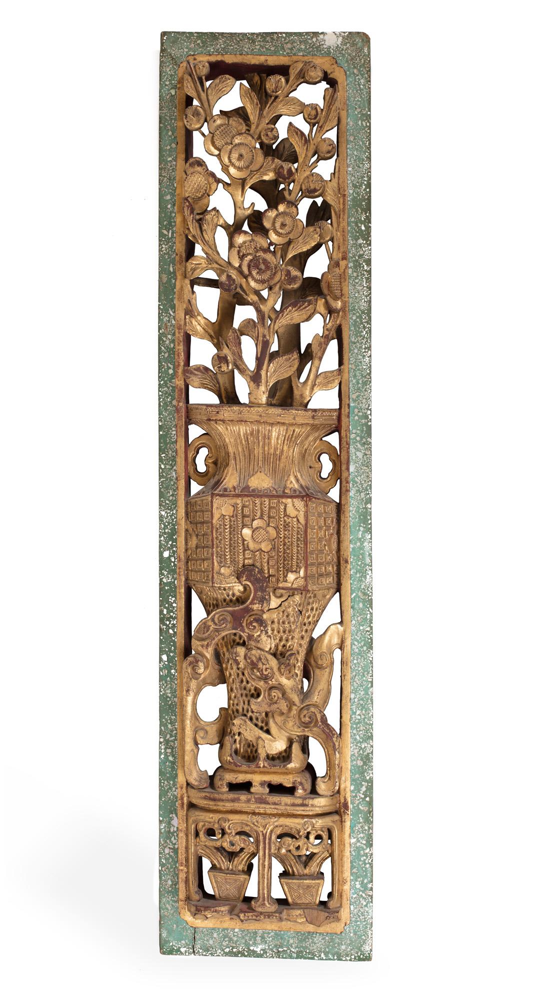 Due pannelli in legno intagliato e dorato