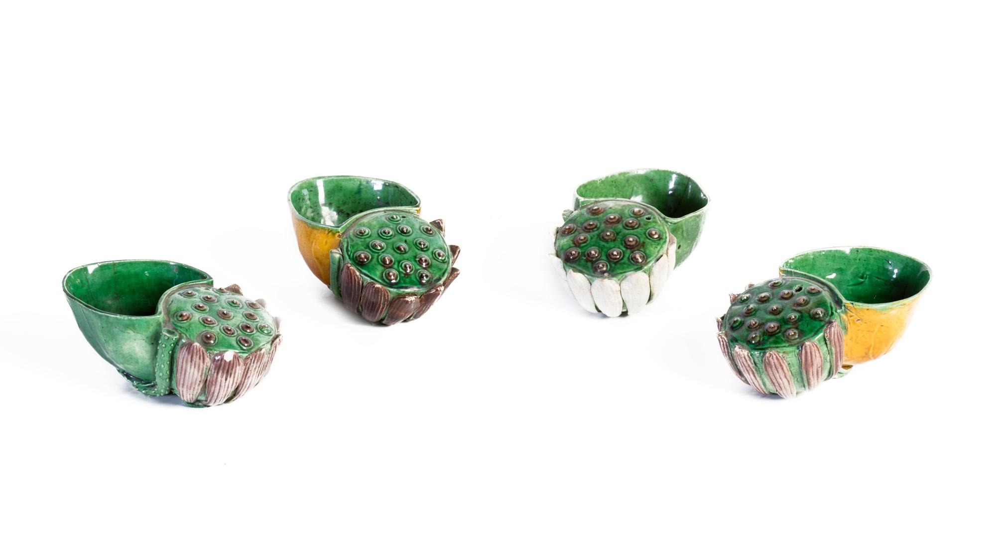 Quattro sciacquapennelli in porcellana a smalto verde e ocra, a forma di fiori di loto, Cina, epoca Kangxi