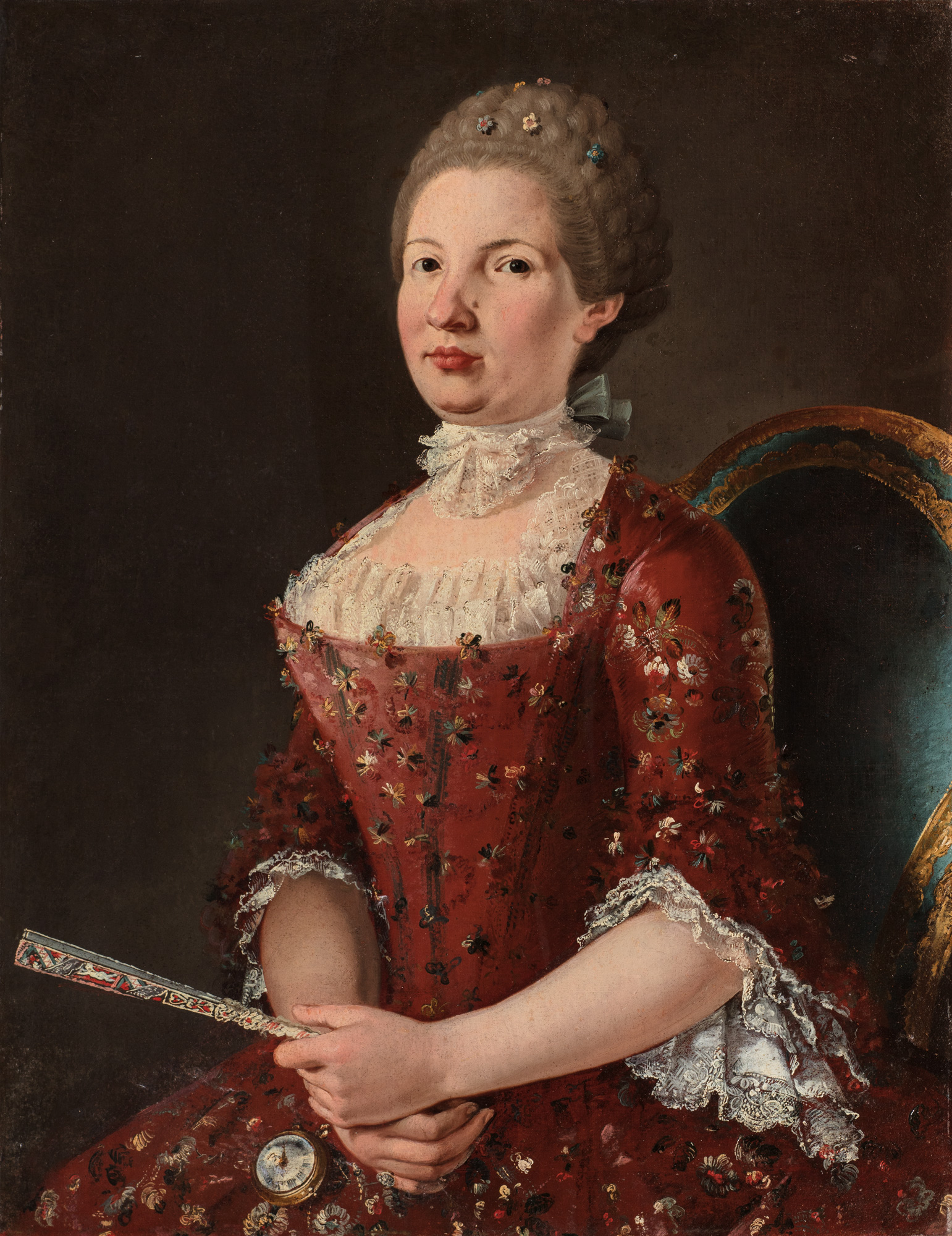 Ritratto di gentildonna a tre quarti di figura in abito di seta rossa con fiori di pizzo e merletti, un ventaglio tra le mani