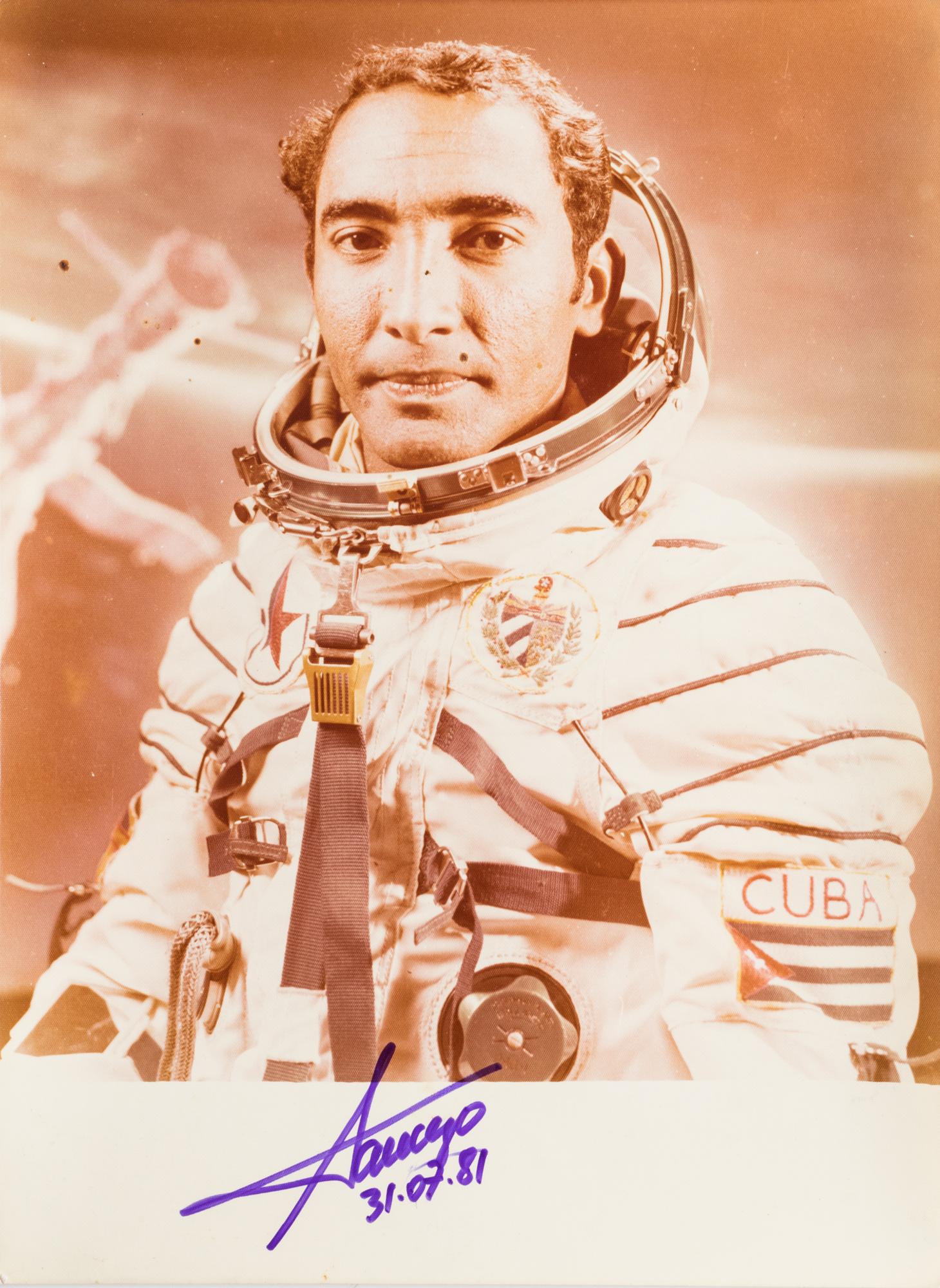 Ritratto dell'astronauta cubano Tamayo con la tuta spaziale
